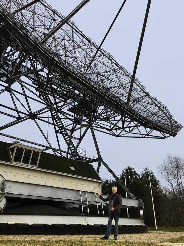 Illustrator Ronald Slabbers bij de radio telescoop in Dwingelo