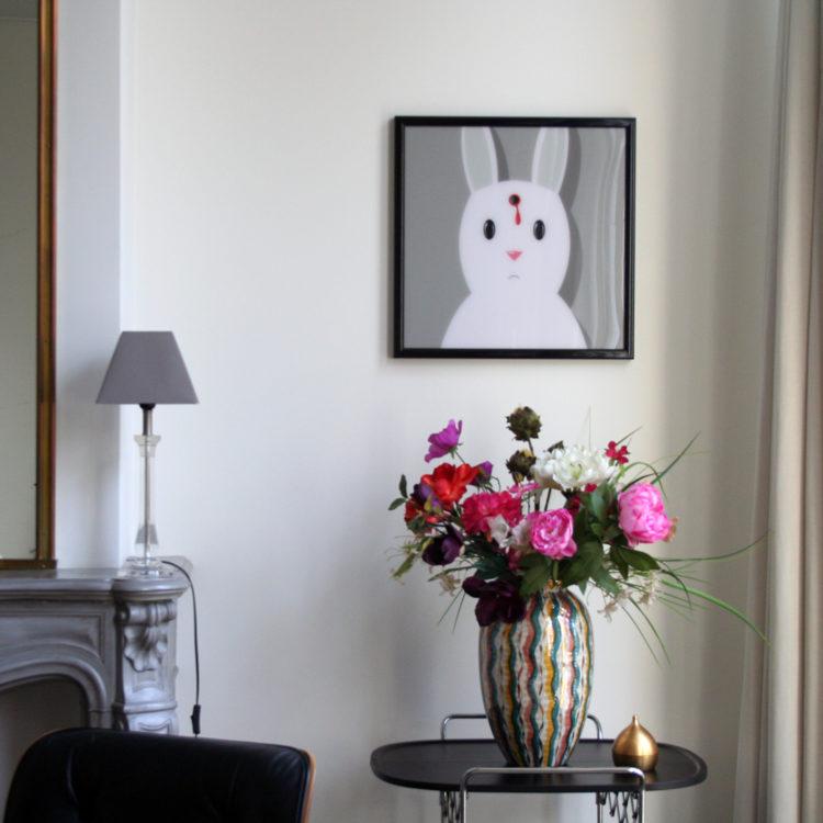 artprint achter plexiglas van dood konijn.