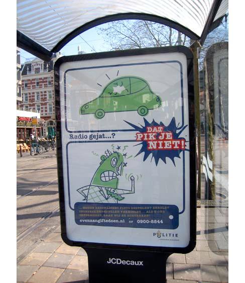 postercampagne van de de Amsterdamse politie op affiches, dat pik je niet, aangifte doen, JCDecaux mupi Amsterdam